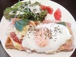 お食事ワッフル ピザワッフル 半熟卵&生ハム アール・エル クロワッサンカフェ