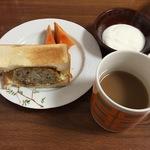揚げないコロッケのコロッケサンドの朝食