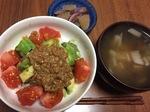トマトアボカド納豆丼の献立